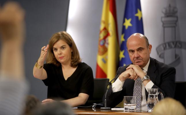Soraya Sáenz de Santamaría, vicepresidenta del Gobierno, y Luis de Guindos, ministro de Economía, durante la rueda de prensa el 10 de julio en Moncloa.