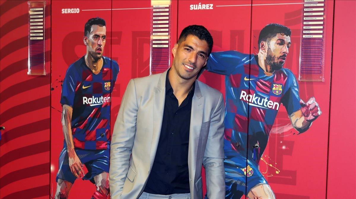 Suárez, en su taquilla en el vestuario del Camp Nou.