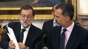 El Rey y el presidente en funciones, Mariano Rajoy, este martes en la reunión del patronato del Instituto Cervantes.