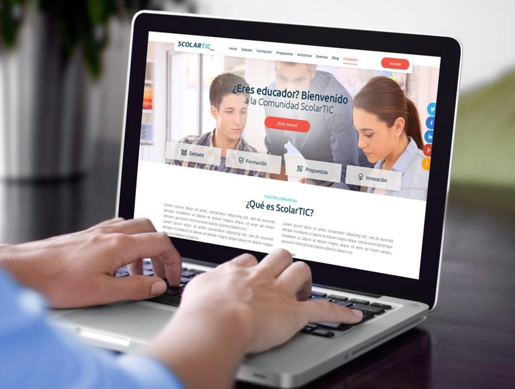Un usuario de la página ScolarTic se informa sobre los cursos de la plataforma