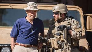 Clint Eastwood charla con Bradley Cooper, antes de rodar una escena de la película El francotirador.