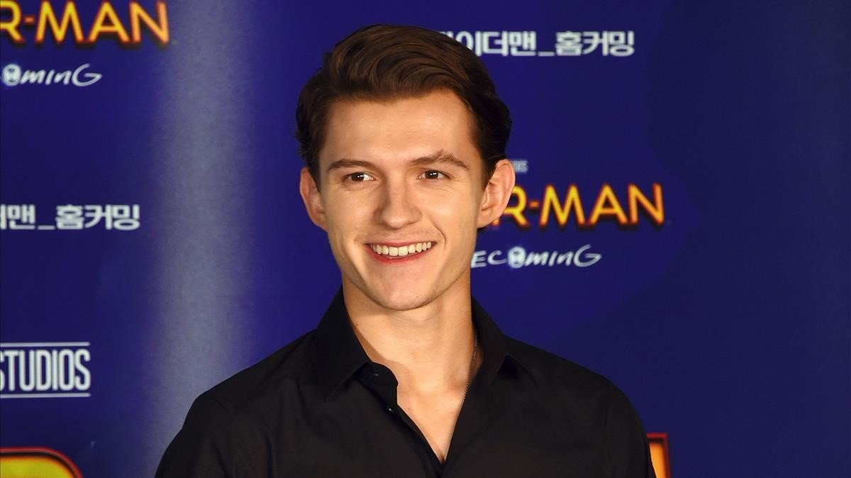 Tom Holland compra una gallina a falta de huevos en el super