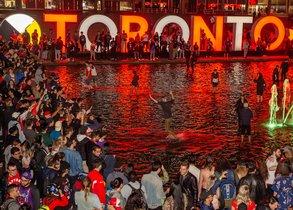 Concentración de seguidores junto al Ayuntamiento de Toronto.