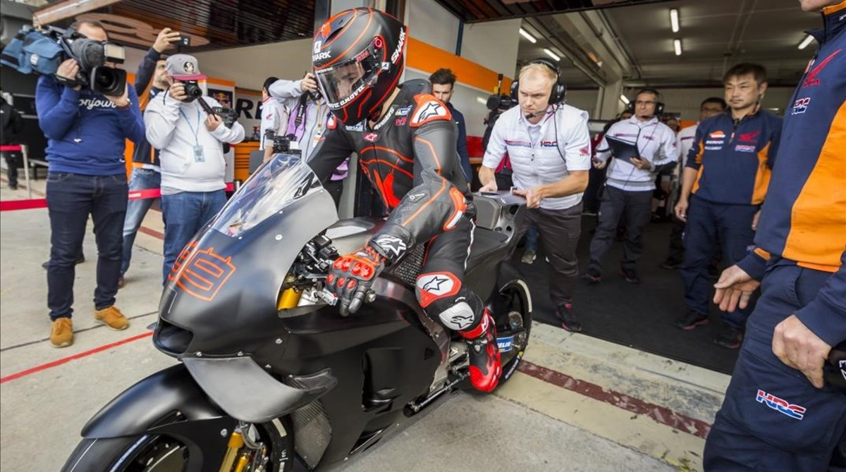 El tricampeón mallorquín de MotoGP, Jorge Lorenzo, ha estrenado hoy su Honda RC213V en el circuito de Valencia.