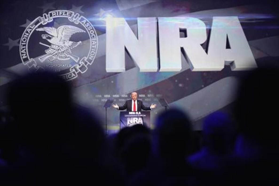 Trump en pleno acto electoral en la convención de la Asociación Nacional del Rifle, ayer en Kentucky.