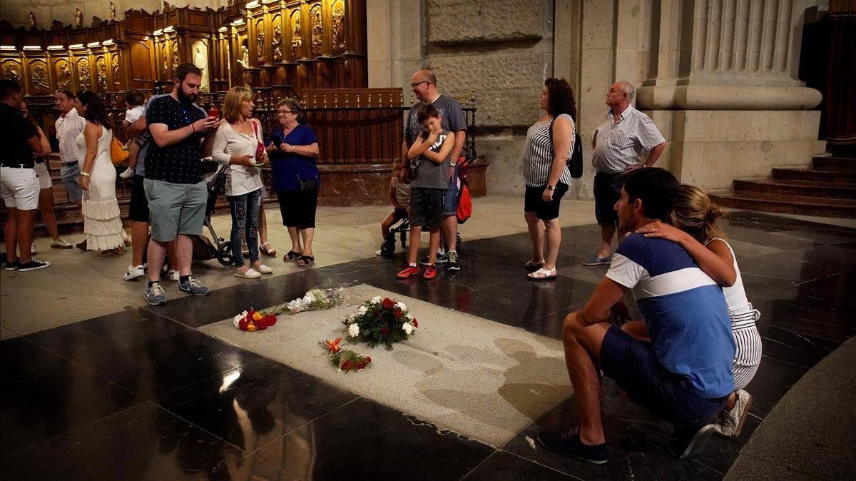 Turistas ante la tumba de Franco en la basílica del Valle de los Caídos.