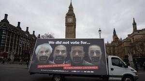 Una camioneta publicitaria con un póster anti-'brexit' pasa por delante del Parlamento británico, en Londres, el 27 de febrero.