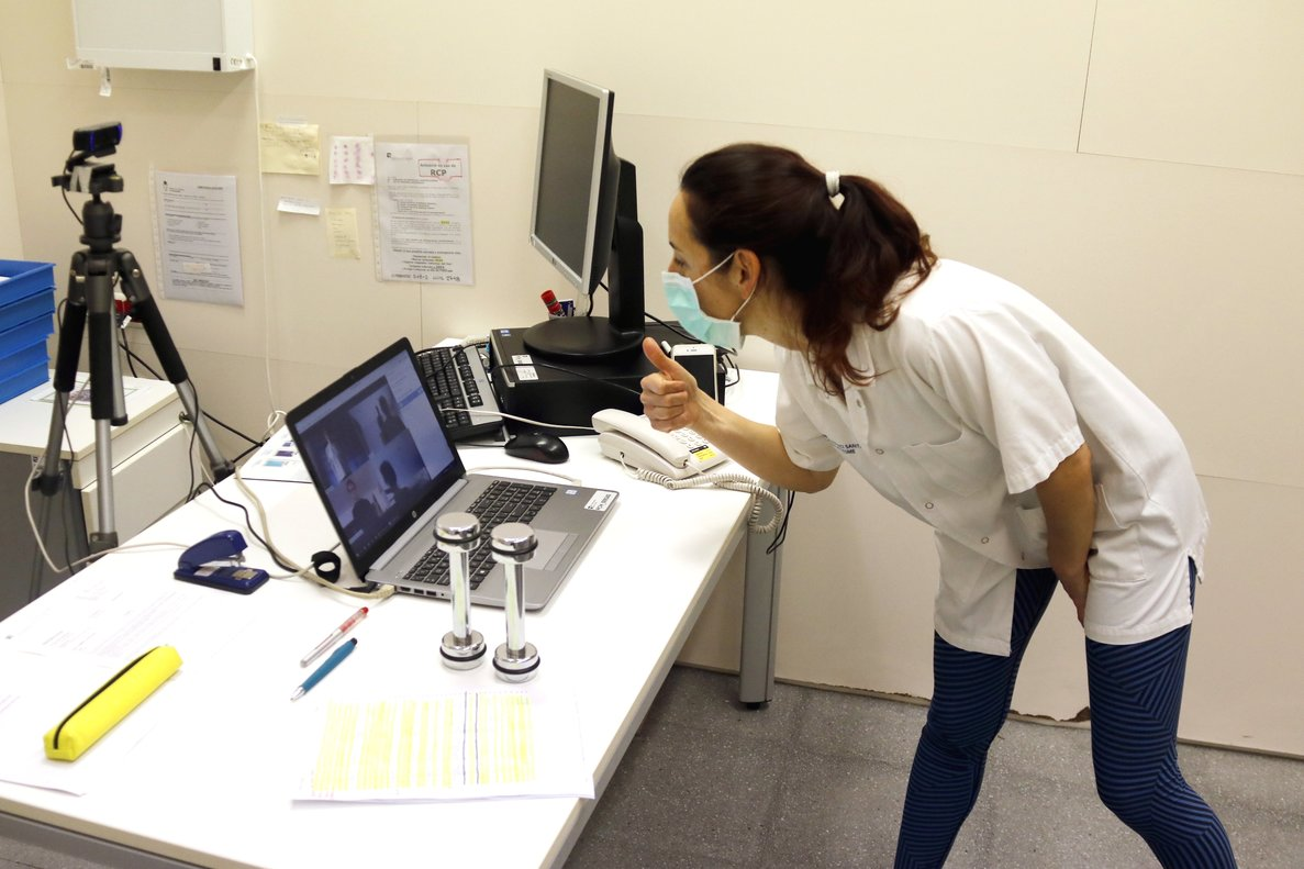 Una fisioterapeuta del Hospital de Mataró en una sesión de rehabilitación telemática.
