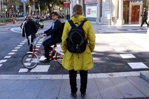 Una de las participantes del proyecto con la mochila con los aparatos medidores en el passeig de Sant Joan