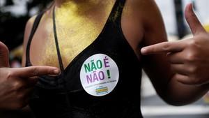Una mujer muestra una pegatina en la que se puede leer No es no, este domingo, en Sao Paulo.