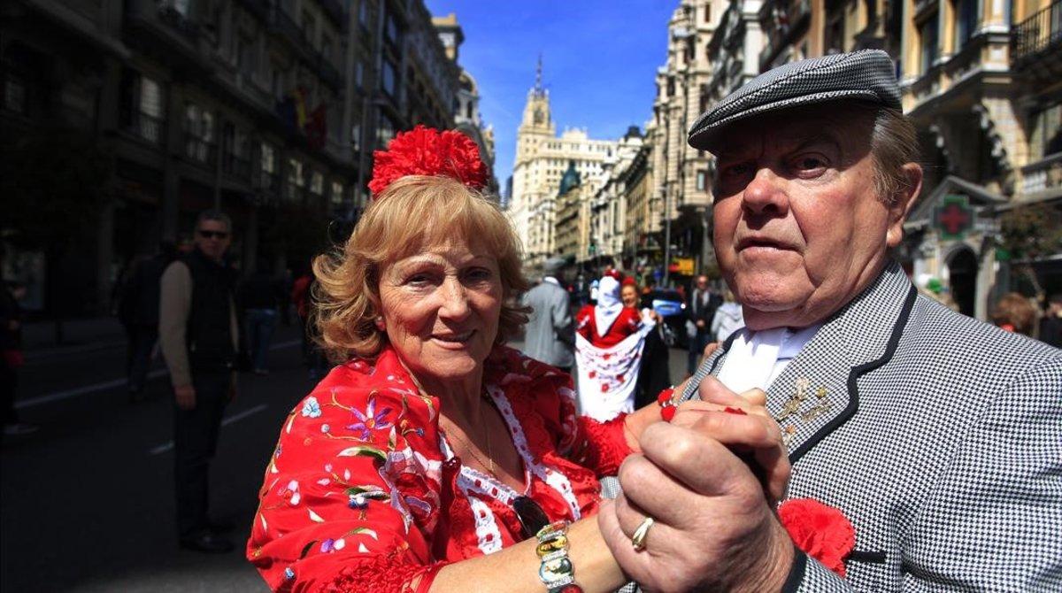 Una pareja bailando un chotis en la Gran Via.