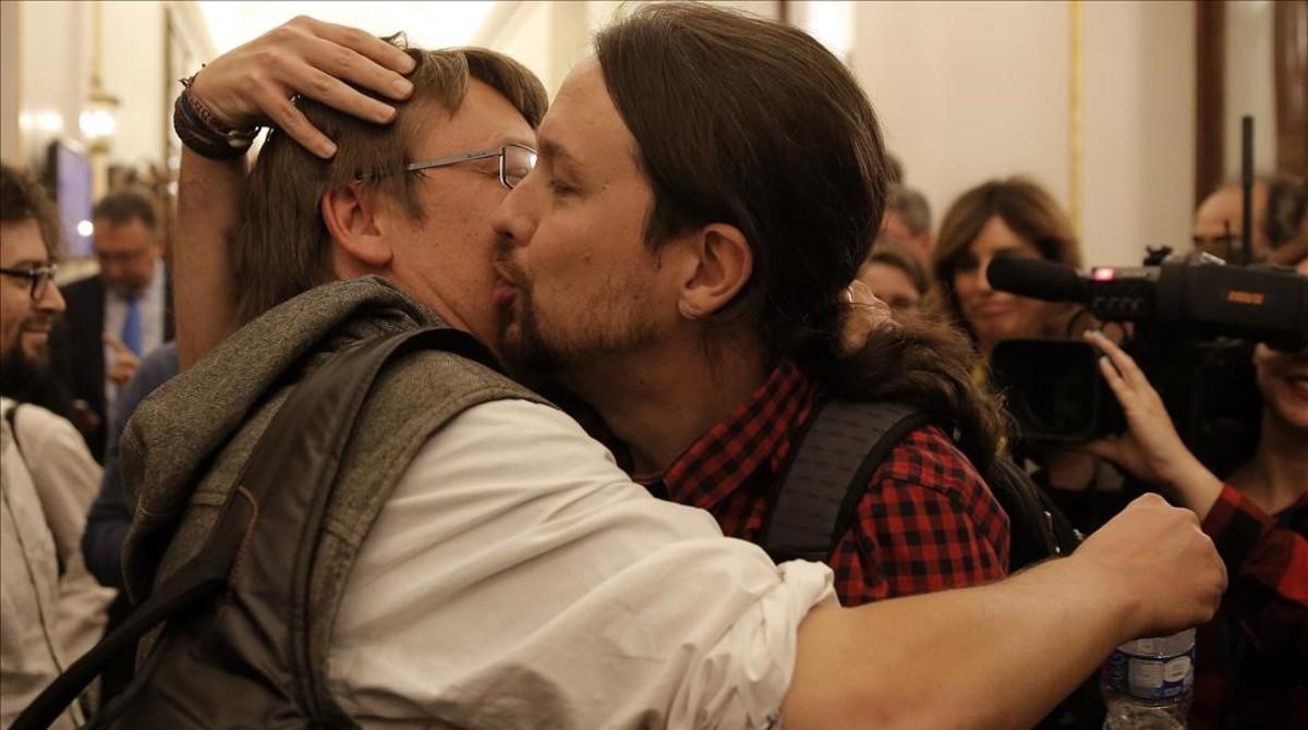 Pablo Iglesias y Xavier Domènech se besan en el Congreso, en marzo.