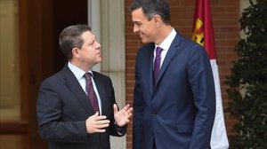 Pedro Sánchez recibe en la Moncloa al presidente de Castilla-La Mancha, Emiliano García-Page.