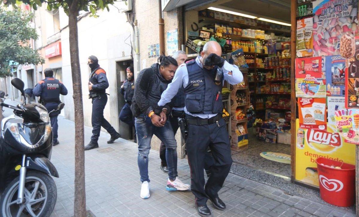 Uno de los detenidos en LHospitalet, en la calle de Hortensia, en el marco de una operación contra las drogas.