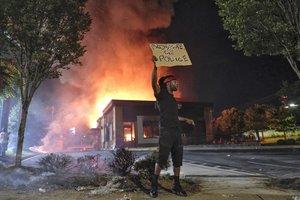 Uno de los manifestantes frente al restaurante Wendy's de Atlanta, en llamas, anoche.