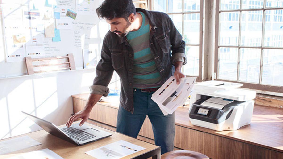 Un usuario imprime con una impresora de HP.