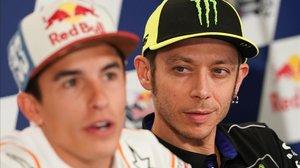 Valentino Rossi escucha, atentamente, una respuesta de Marc Márquez, hoy, en la conferencia de prensa de Austin (Texas, EEUU).