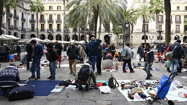 La presencia de una patrulla de la Guardia Urbana este domingo ha impedido que se instalara una semana más elmercado de la miseria en la plaza Reial.