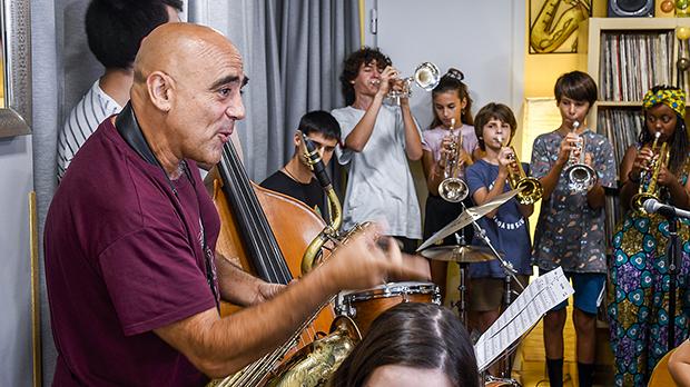 Joan Chamorro, el mestre que enganxa els nens al jazz