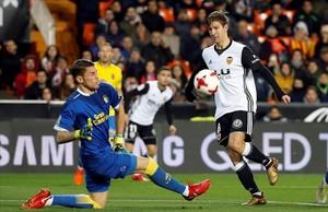 Vietto marca el segundo gol de su cuenta por encima de Lizoain.