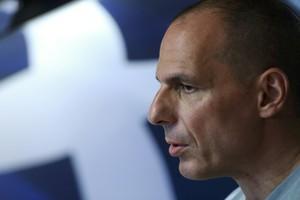 Yanis Varoufakis, exministro de Finanzas de Grecia, comparece ante los medios.