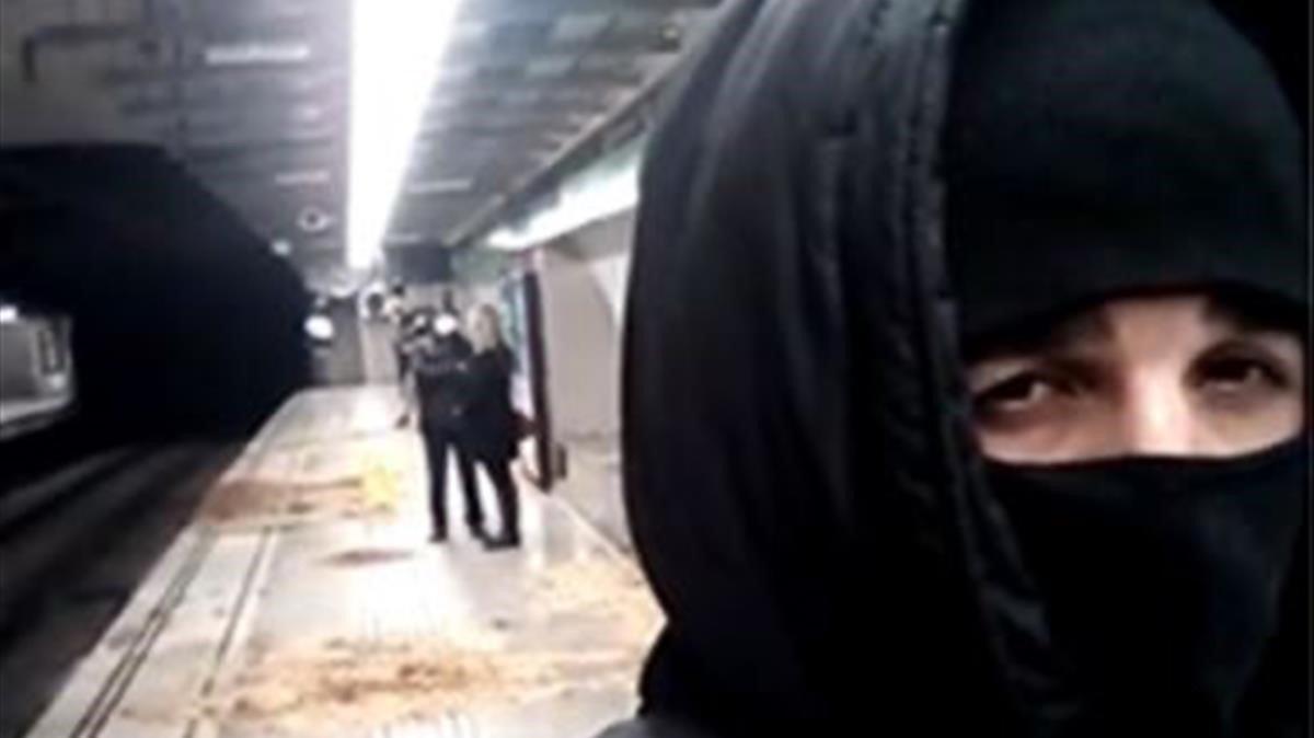 El yihadista detenido por la Guardia Civil en Barcelona se grababa con su teléfono móvil recorriendo la ciudad y el metro durante el estado de alarma, como en esta imagen.