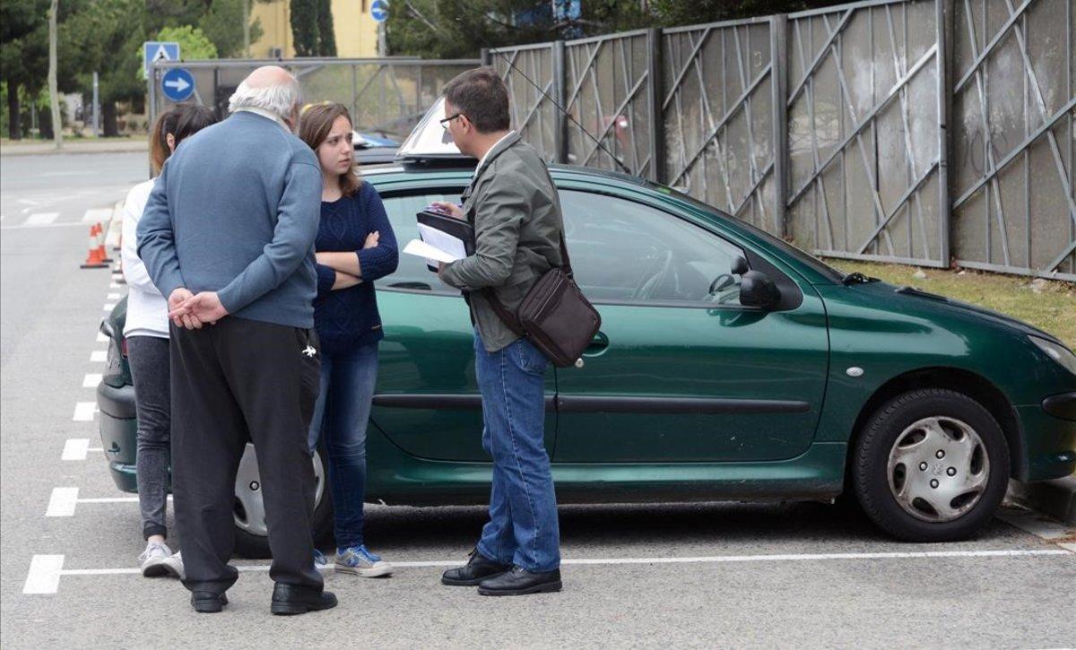 Un examinador comunica el resultado de una prueba práctica.