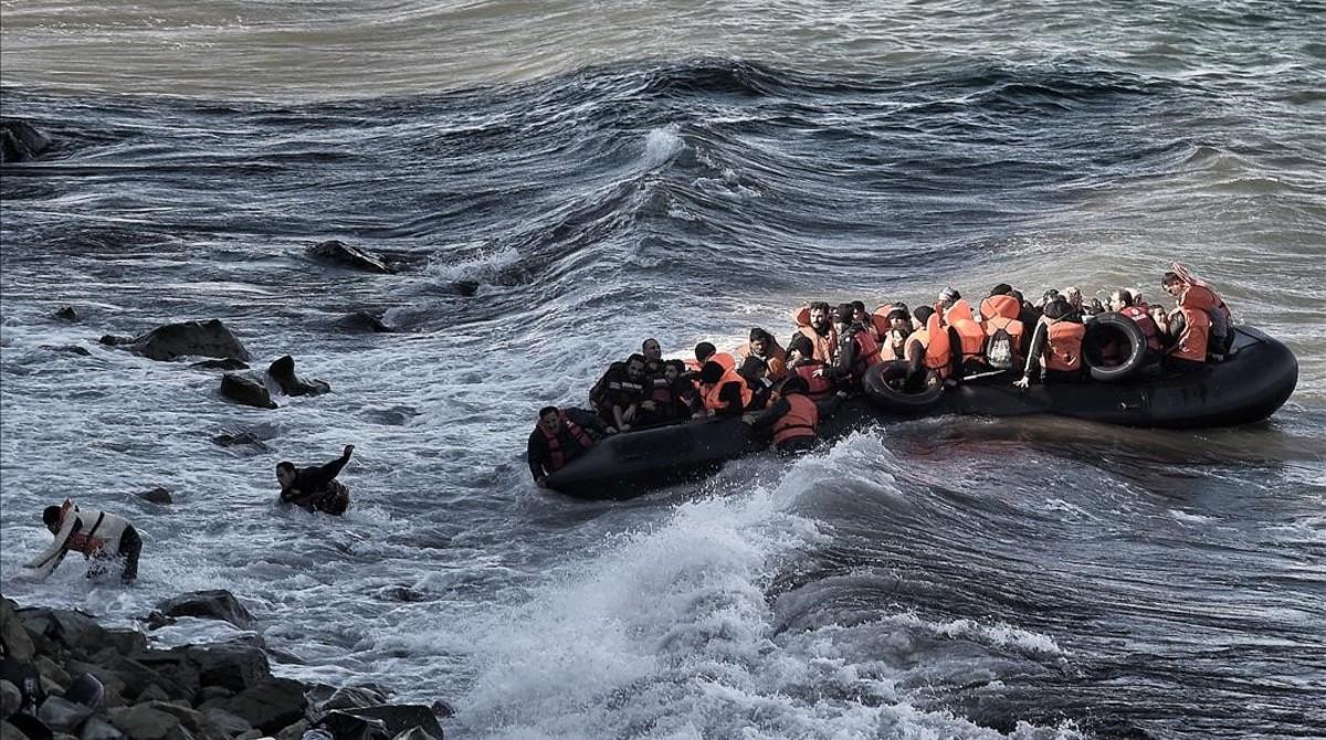 Un bote con inmigrantes intenta llegar a las costas de Grecia.