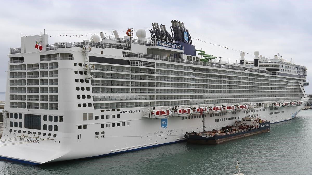 El 'Norwegian Epic', saliendo del puerto de Barcelona.