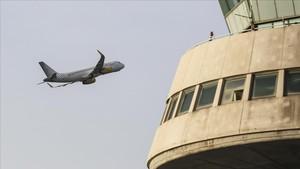 Un avión sobre el aeropuerto de El Prat.