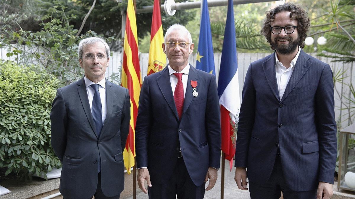 De izquierdaa derecha:el embajador de Francia en España, Yves Saint-Geours; el presidente de MANGO, Isak Andic; y el cónsul general de Francia en Barcelona, Cyril Piquemal