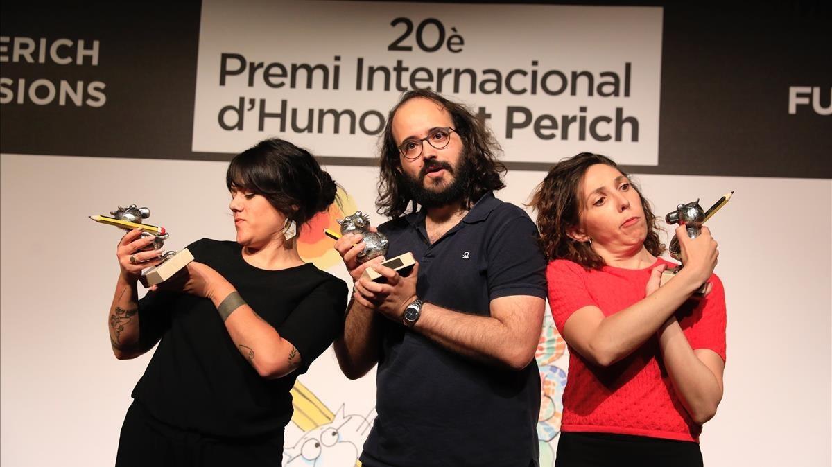 Flavita Banana (izquierda), Martínez Vela y Judit Martín, con sus flamantes premios Gat Perich.