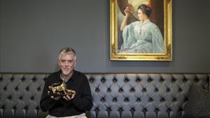 Kyle Cooper posa con el Premio de Honor del festival de cine de Locarno.
