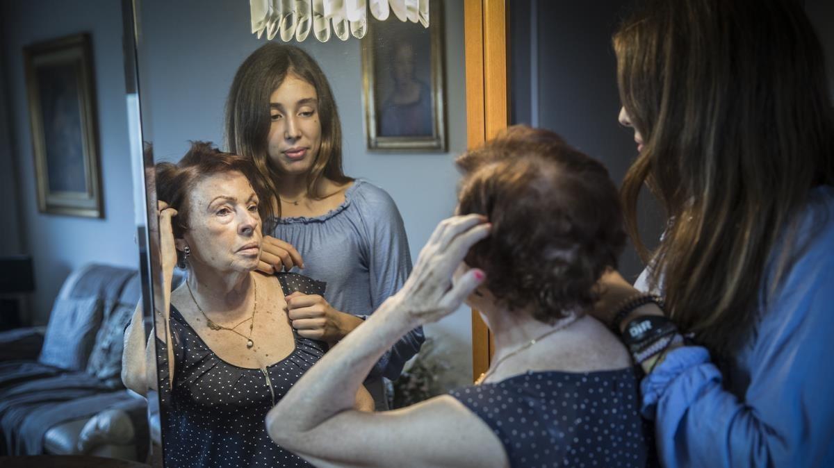 Alba Santigosa, de 17 años, con su abuela Pilar, de 77 y enferma de alzhéimer.