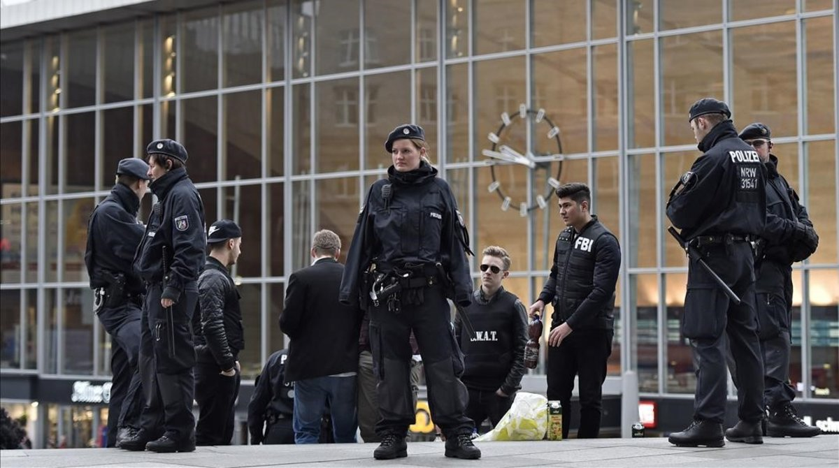 Policías alemanes ante la estación de tren de Colonia.