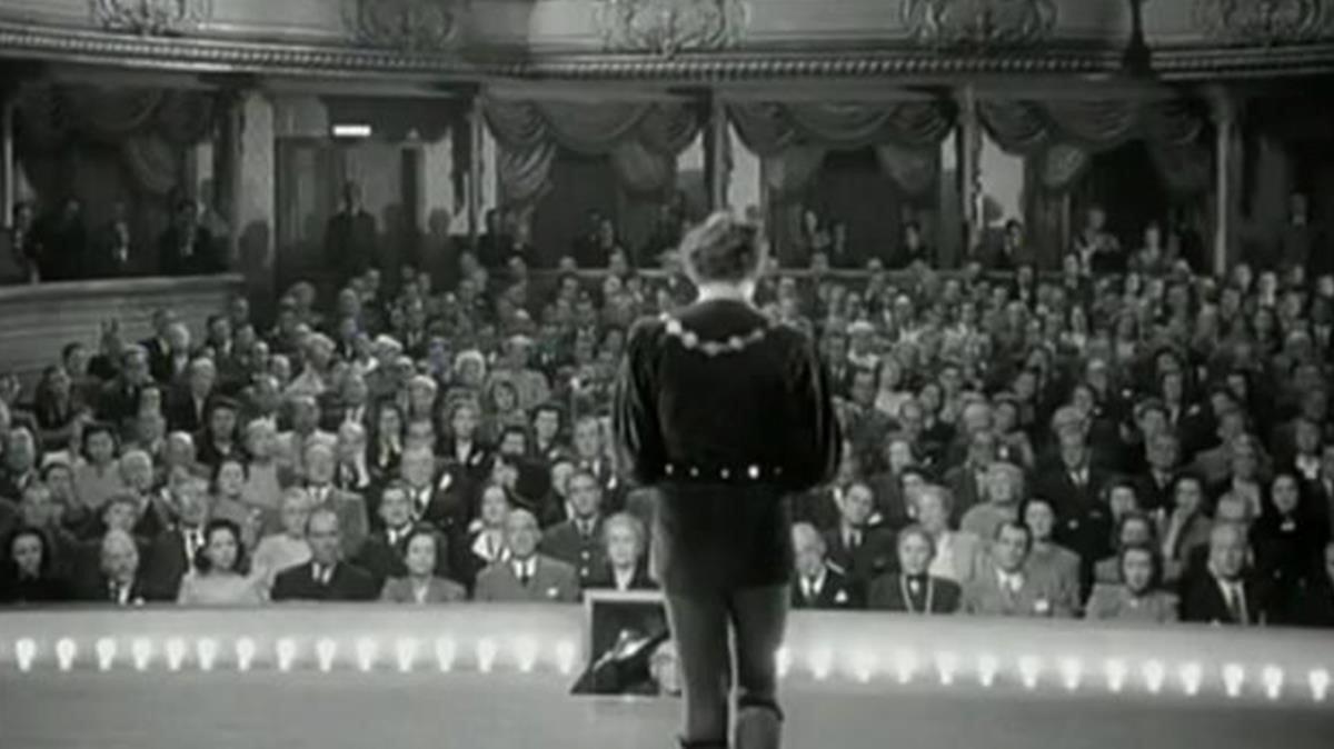 Jack Benny, en el papel de Joseph Tura, justo antes de que el apuntador le recuerde la frase inolvidable de 'Hamlet'.