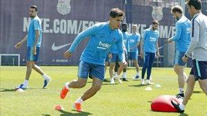 Coutinho se ejercita junto a sus compañeros en la Ciutat Esportiva Joan Gamper.