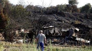 Un vecino observa los restos de una construcción en Cadalso de los Vidrios
