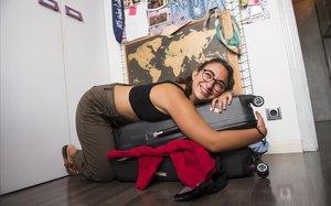 Noa Moratonas, en su casa en Mollet del Vallès, con la maleta con la que viajará a Lyon para pasar tres años estudiando Ciencias Sociales.