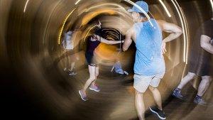 Gente bailando durante la sesión de 'Timba pa' la humanidad' en Canyelles.