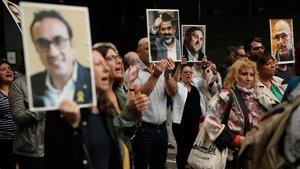 Los manifestantes alzanfotografíasde los líderes políticos del 'procés'.