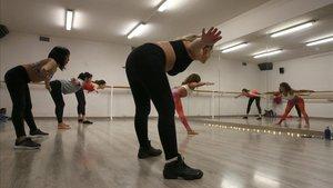 Paula Galmarini dirige una clase de Baila Yoga.