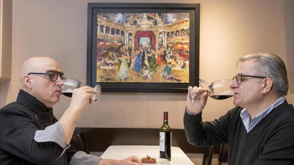 José Álvarez y Pedro González, con copas de vino en el comedor de Can Vallés.