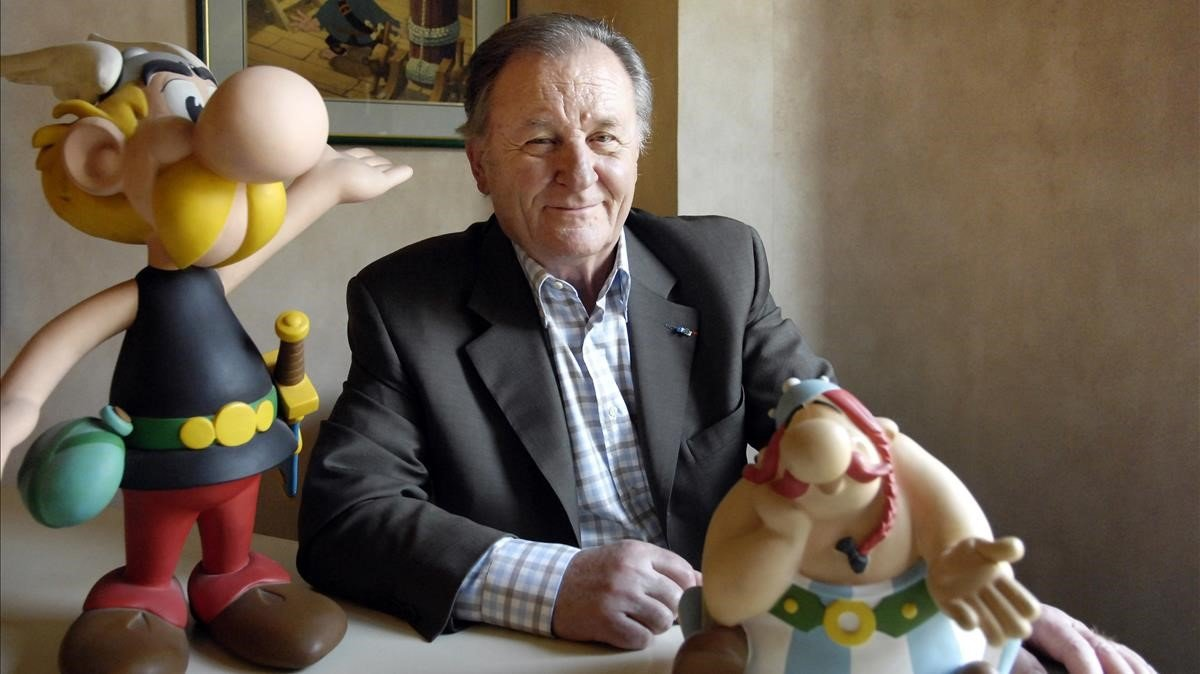 Uderzo posa con una reproducción de los personajes dede Astérix y Obélix.