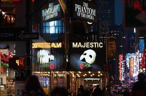 Imagen promocional de El fantasma de la Òpera en Broadway poco antes de decretarse el cierre de los espectáculos.