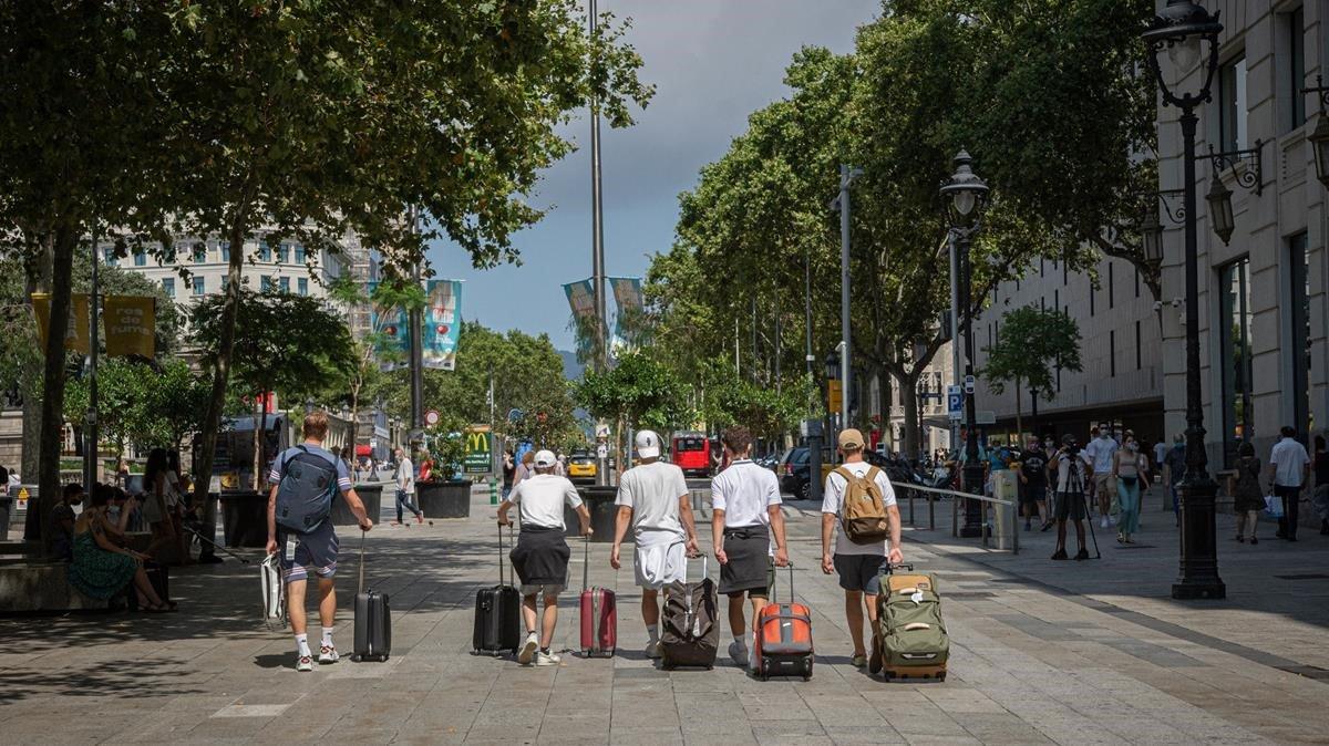 Un grupo de turistas suizos, en plaza de Catalunya camino del aeropuerto.