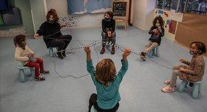 Varios niños juegan en el proyecto Concilia ubicado en la calle Erasme de Janer, en el barrio del Raval de Barcelona