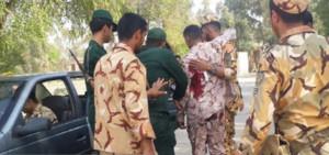 Un soldado herido durante un tiroteo en un desfile militar en Irán.