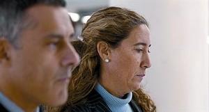 LOS DIETARIOS 3 Los Mossos se incautaron en el despacho de Gemma Montull (arriba, tras declarar en el juzgado) de unas libretas en las que la imputada anotaba sus tareas diarias. En estas dos hojas, relaciona los pagos de Ferrovial al Palau con las e