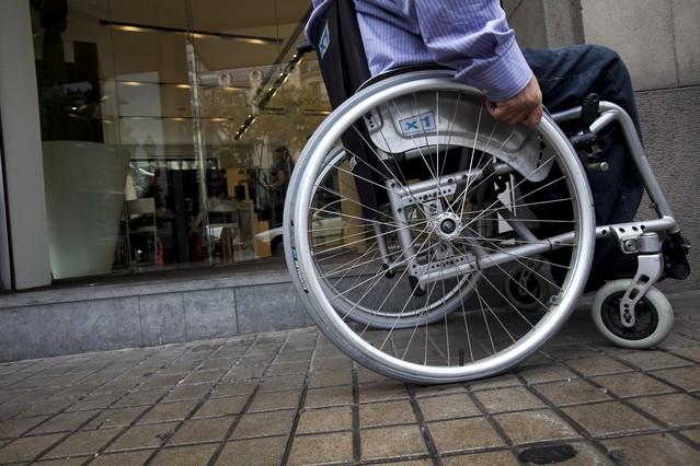 Respeten los espacios reservados para sillas de ruedas en el bus
